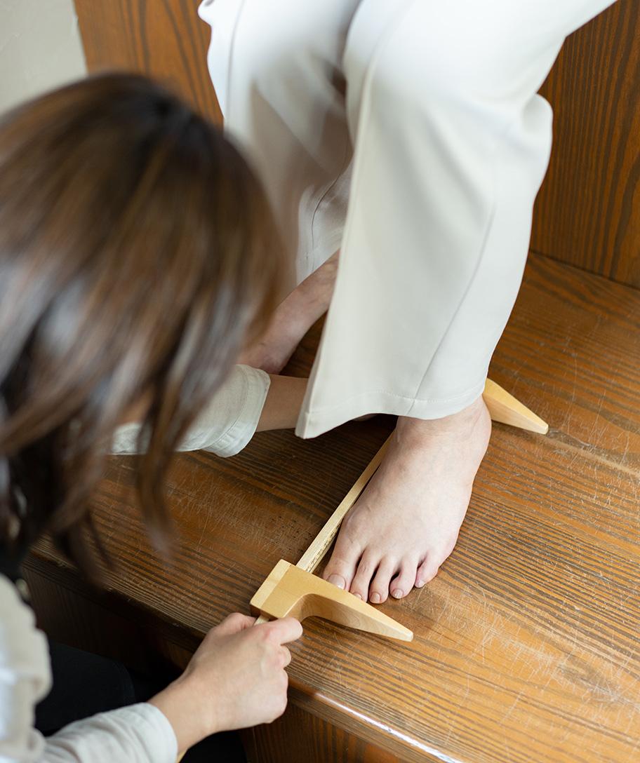 足を計測している写真