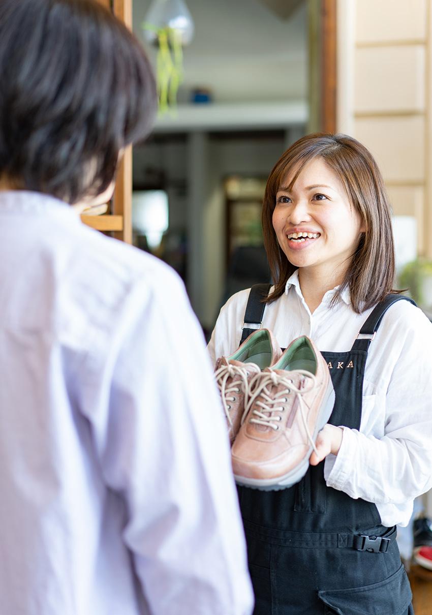 店員と客が会話している写真