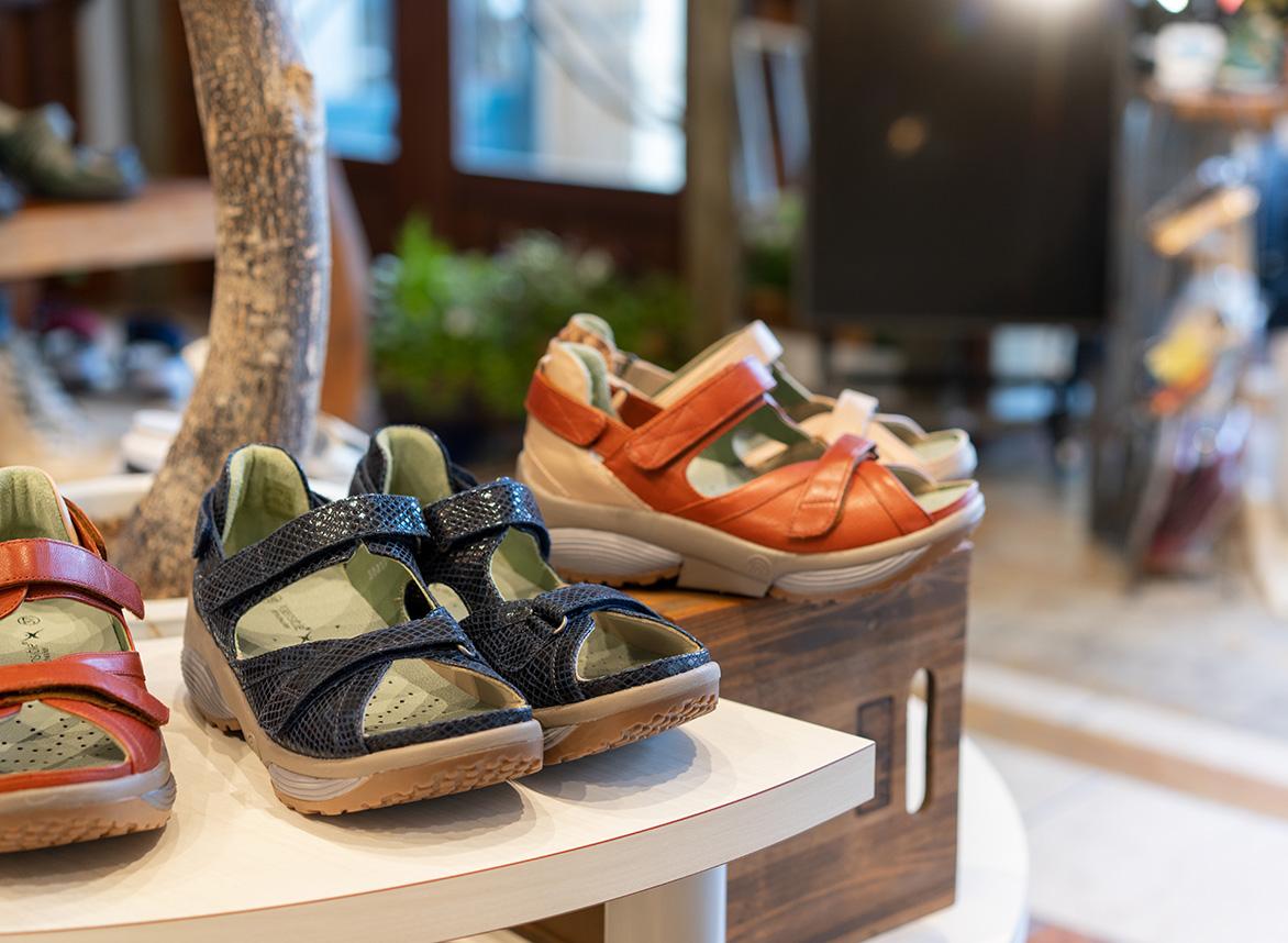 店内に並ぶ靴の写真